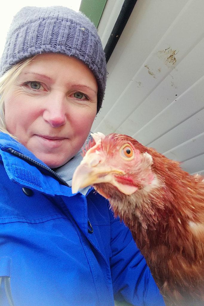 Stefanie Holberg mit Huhn