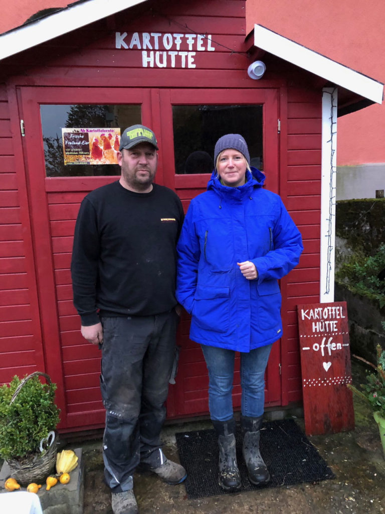 Ehepaar Holberg vor Ihrer Hütte